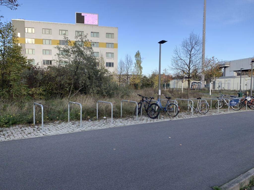 Nutzlose Fahrradbügel am geschlossenen Ausgang am Bahnhof Südkreuz